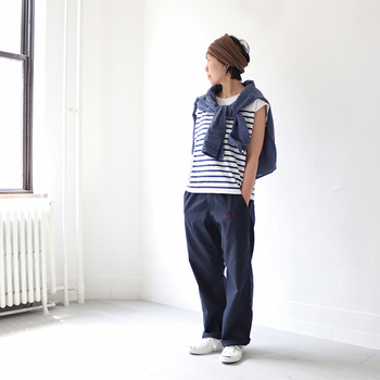 ボトムスがゆったりとしたシルエットなので、トップスはなるべくジャストサイズを選んでパリッとしたシルエットを作りましょう。長袖のシャツを肩からかけることで、視覚的にトップスにボリュームが出て、大人感のある上品なスタイルに仕上がります。