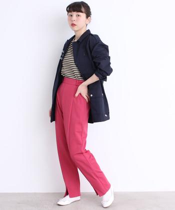 メンズライクなミリタリージャケットも、思い切ってピンクのようなパキッとしたカラーパンツとコーディネートしてみましょう。組み合わせるアイテムの色づかいで、女性らしさを引き出せますよ。こちらは足元を白いパンプスにすることで、シンプルで上品に着こなしていますね。