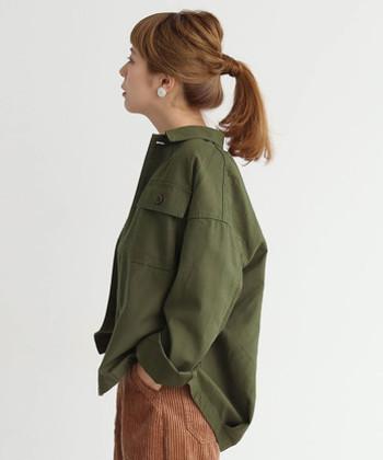 オーバーサイズなシャツは、「襟抜き」をして着こなしてみましょう。首やうなじなどの肌を見せると、華奢な印象を与え女性らしく映ります。ミリタリー系のトップスを着るなら、チャレンジしてもらいたい着こなし方です。同時に袖もまくって、手首も見えるようにしましょう。