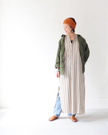 ワークウェアアイテムは、デッドストックやユーズド商品も多くあります。こちらはデッドストックのミリタリーシャツを使ったコーディネートです。強いカーキ色のジャケットですが、シンプルで淡い色合いの洋服と組み合わせることで、色同士がぶつからずにきれいに馴染んでいるコーディネートです。