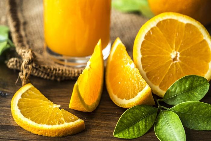 ビタミンCたっぷりのフルーツでも「ソラレン」が含まれると紫外線の影響を受けやすく、シミのリスクを高めてしまうので注意が必要です。ソラレンは、オレンジ、グレープフルーツ、レモン、きゅうり、セロリなどに多く含まれます。摂取してから2~7時間は影響があるので、朝は避けて夜に摂るようにしましょう。