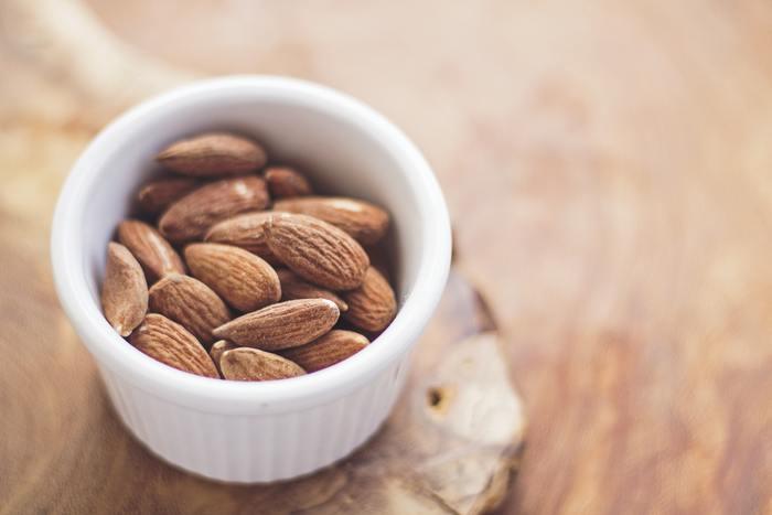 ビタミンEは体内の脂質の酸化を防いで体を守ってくれる栄養素です。アーモンドやヘーゼルナッツ、アボカドなどに多く含まれています。ビタミンCと一緒に摂取すると抗酸化作用が高まるのでオススメです。