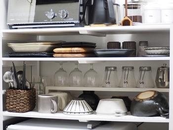 手の届きやすい高さのオープン棚は、わずかな空間も無駄なく使います。デッドスペースになりやすい棚の奥の方も、ラックを追加すれば収納量が2倍に。棚を細かく区切ることで、食器が重なることもなく、出し入れがスムーズになります。