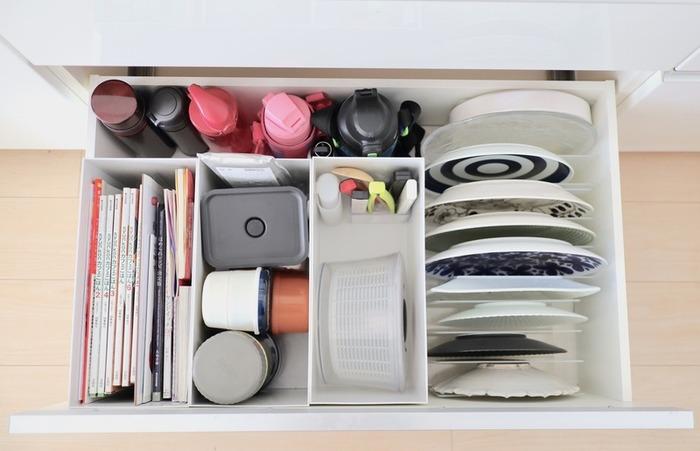 メインディッシュを盛り付ける大皿は、その日のメニューによって使い分けることもありますよね。重いお皿を引き出し内に重ねて収納すると、出し入れに苦労することも。仕切りスタンドを使って、立てて収納するのが賢明です。形、大きさ、色柄が見えて、選ぶのもスムーズですね。