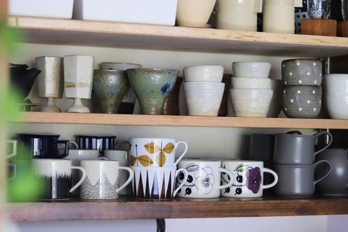 扉がなくオープンになった食器収納は、見た目もオシャレで、キッチンに立ったときの気分も上がります。オープン食器収納を使い勝手よくするには、手の入るスキマを残すことと、等間隔に並べること。ケトルやトレイなど、食器以外のテーブルウェアも組み合わせて、飾るように収納すると空間が映えます。