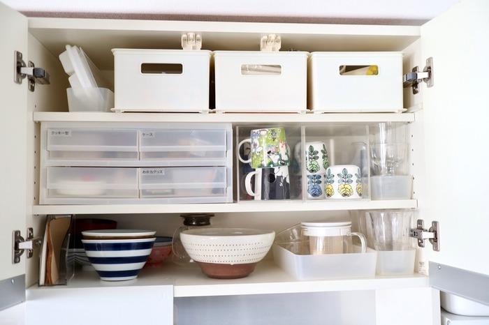 シンク上にある吊り戸や、食器棚の開き戸の部分は、ケースやラックなどを駆使して、空間をフルに使いたい場所です。かといって詰め込みすぎると、使いたい食器が見つからなかったり、何があるか分からなかったり、ブラックボックス化することに。収納グッズを賢く使うのが、吊り戸・開き戸の食器収納のコツです。