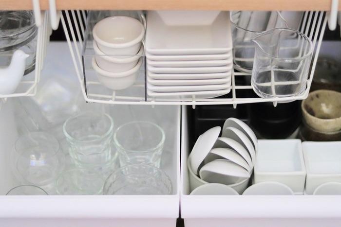 小皿や小鉢などは不揃いの形も多く、重ねて収納するには限界がありますよね。そんな食器たちは、ボックスにまとめてコンパクトに収納します。ボックスは、大きすぎず食器幅に合ったものが理想です。ガラス食器、和食器などにグルーピングすれば、使いたい食器がすぐに見つけられます。