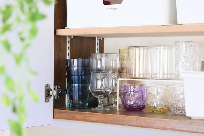 大切なグラスなど重ねたくない食器がある、あるいは食器がスタッキングできずデッドスペースが生じる。そんなときは、棚板を増やさずとも、コの字ラックひとつで解決できます。市販のものを活用してもいいですし、DIYが得意であればピッタリサイズのものを自作してもいいですね。