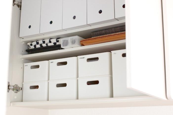 手の届きにくい吊り戸は、ボックス収納で使いやすく。日常使いの食器ではなく、来客用や季節ものなど、使う頻度の低いものの収納に適しています。ラベリングをしておけば、必要なものをボックスごと取り出せて◎。
