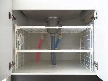 配管が邪魔で使いづらいシンク下。配管を避けるようにラックを設置すれば、使いづらさは解消できます。その際は、棚部分が分離できるものを選びましょう。棚単体だけで使いにくければ、カゴやボックスを併用して。