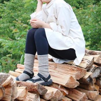 「冷えとり靴下」は、どんなコーディネートとも合わせやすいリブ編みになっています。ワンピースやスカートと組み合わせてみましょう。スポーティーなサンダルとも相性ピッタリです。
