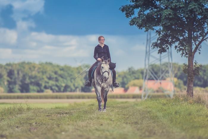 """スポーツの中でも、""""乗馬""""は馬と共に行うという点で他のジャンルとは全く異なる競技。動いているのは馬だけのように見えるかもしれませんが、馬上でバランスを取るためには全身の筋肉を働かせる必要があります。"""