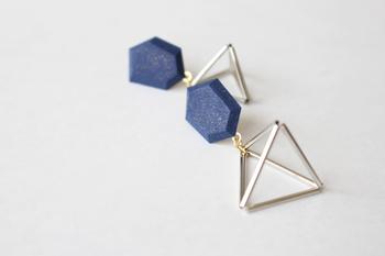 六角形をしたポリマークレイの宝石とシルバーのピラミッドを組み合わせた立体的なピアスは、よそゆきにもカジュアルテイストにもよく似合います。