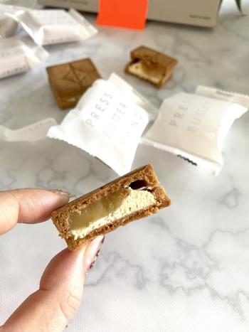 サクサククッキーの中にはキャラメルクリームとバタークリームがたっぷり。食べ応えもあるおしゃれスイーツです。