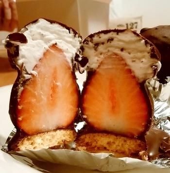 大中小とサイズは3種類。クッキーの上にホイップを乗せたイチゴを乗せチョコレートをかけたアイデア商品。手土産としても喜ばれます。そして癖になる優しい甘さといちごの酸味のハーモニーをお友達と是非体感してみてくださいね。