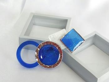 コバルトブルーの透明感のある、レジン素材のブローチ。白がプラスされていることで、深いブルーの色味がより強調されています。
