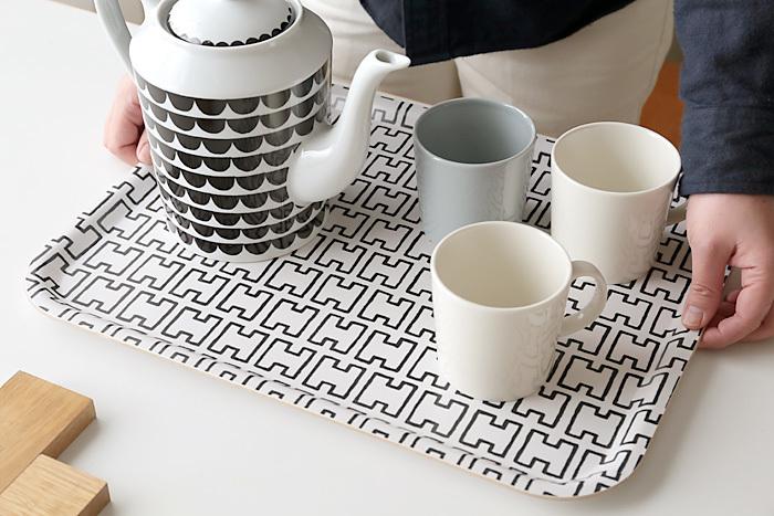 """「Artek(アルテック)」のトレイ""""H55""""はキッチンに1つあるだけで、シンプルでモダンなキッチンに早変わります。フィンランド出身の北欧デザインの巨匠アルヴァ・アアルトの妻が最も気に入っていたといわれているこのデザインはアルファベットの""""H""""が型どられています。"""