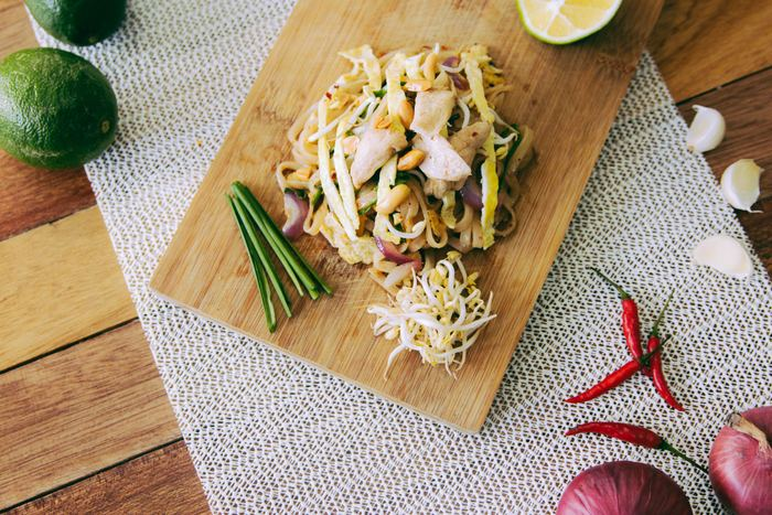 どんな料理にも使いやすい「ニラ&もやし」セットは、和食はもちろんのこと、エスニック料理にも活用できる万能野菜セットです。あらかじめ使いやすい大きさにカットして冷凍しておくと、準備の手間が省けて時短で調理できますよ◎。