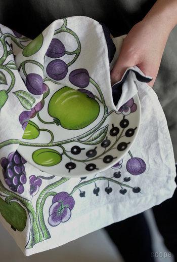 """「Kuovi(クオヴィ)」は2015年フィンランドで創設された比較的新しいブランドです。""""Orchard(オーチャード)""""はシックでクラシカルなデザイン。厚手のリネン素材なので、水分をスッと吸収し使い勝手も抜群です。"""