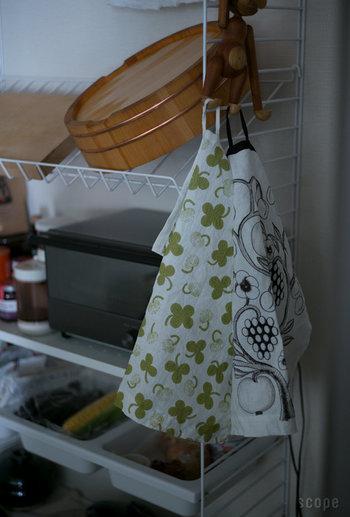 使わないときは、吊るしておくのがおすすめ。さっと吊るす事ができるリネンのキッチンタオルは北欧では欠かせないマストアイテムです。お料理やお片づけの際に、お気に入りのデザインのキッチンタオルが目に入ると気持ちがワクワクしますよ。