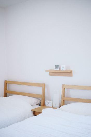 主に飾る用途で使われることが多いですが、寝室などに「湿度・温度計」などを置いておくのにもぴったりです。寝ている間は手に届かなくても良いけれど、寝る前や起きたときに確認したいのでできるだけ近くに置きたいものですよね。