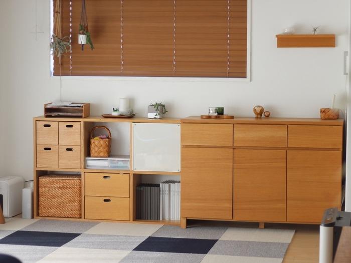 スタッキングシェルフの隣に扉付きの棚をぴったり並べて、収納コーナーに。高さを揃えて設置することで、棚の上部にディフューザーや書類棚などが並べて置けるので、見た目にも実用的にも◎。分類できない書類等の一時的な物置き場にもいいですね♪