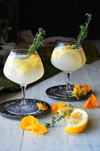 氷代わりにするためレモンを凍らせて、ホワイトラムや炭酸など材料を注いで混ぜればできあがり!レモンとカルピスの組み合わせが爽やかな美味しさです。マドラー代わりにタイムを添えるとおしゃれ♪