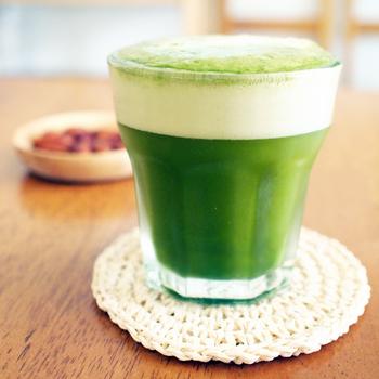 抹茶の濃い緑色が綺麗な簡単ビアカクテル。抹茶をしっかりと溶かすためにお湯を使うのがポイント。ダマが残らないようによく混ぜて、ビールを注げば完成!上品でほろ苦い風味が口に広がります。