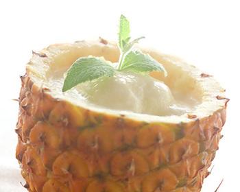 パイナップルを凍らせてフローズンにした、ひんやり甘酸っぱい夏のカクテル。甘酸っぱいトロピカルな美味しさがクセになります。パイナップルの皮を器にすると、海外のリゾート感が漂うおしゃれなビジュアルに♪夏のおもてなしの際に作ったら喜ばれそうですね。