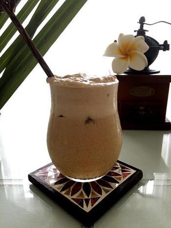 こちらは、ラム&コーヒー風味の甘~いカクテル。アイスクリームや生クリームが入っているので、濃厚な甘さが嬉しい一杯です。ソーダ入りなので、意外とすっきりとした後味です。