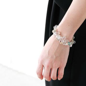 抜けるように白い肌に水晶のブレスレッド。光を受けたとき、肌に移される光や影が何とも言えません。シンプルなブラックドレスもパーティー仕様に早変わりさせることができそうですね。