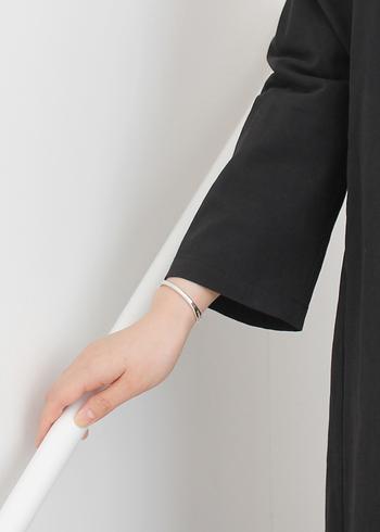 艶やかな質感と細身ながら軽く見えすぎないデザインが美しいシルバーバングル。ブラックドレスをよりスタイリッシュに見せてくれます。