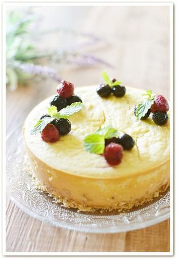 ホールケーキも、おからを使えばヘルシーに仕上がります。 こちらは素朴な味わいが魅力のおからのクリームチーズケーキ。ケーキの土台に使ったクラッカーの塩気がアクセントに。