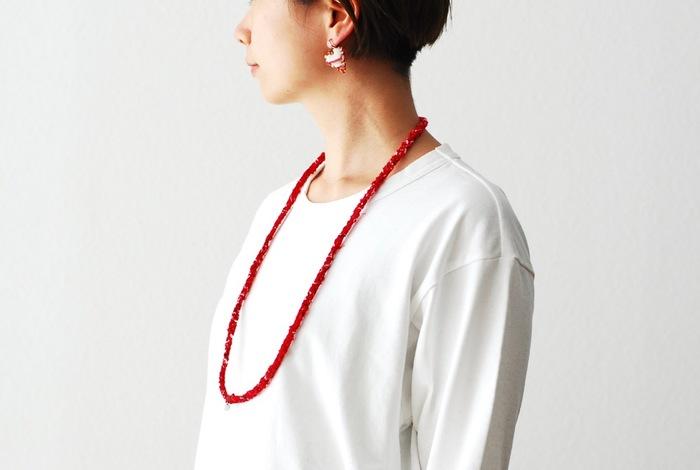 ナチュラルな雰囲気を大切にしたい女性におすすめなのは、素材が素朴でどこか手作り感あるアクセサリー。ヴィンテージの端切れを再利用して編み上げたネックレスは表情がとても豊か。ユニセックスに使えるデザインなので、ボーイッシュなスタイルが好きという方も気負いなく身に着けることができそうです。