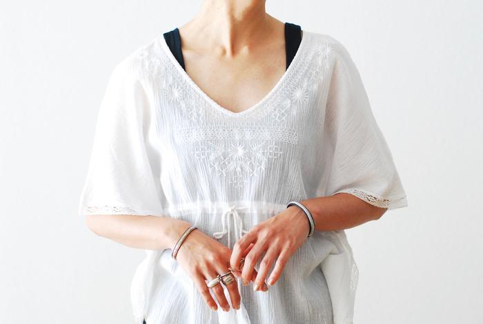 繊細に編み込まれたワイヤー状のシルバーとトナカイの革が組み合わされた凝ったデザインのブレスレット。服をシンプルにして、エスニックなアクセサリーをいくつか重ね付けするのは、夏らしくてとても素敵。これからの季節のスタイリングの参考にしてみませんか?