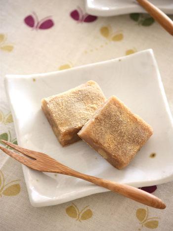 和菓子派さんには、こちらの黒糖くるみ餅を日本茶と一緒にお出ししてはいかがでしょう。 米粉ともち粉でモッチリとした食感に仕上がります。もち粉の量を調節すればやわらかいお餅にすることも。渋いお茶とよく合いそうです。