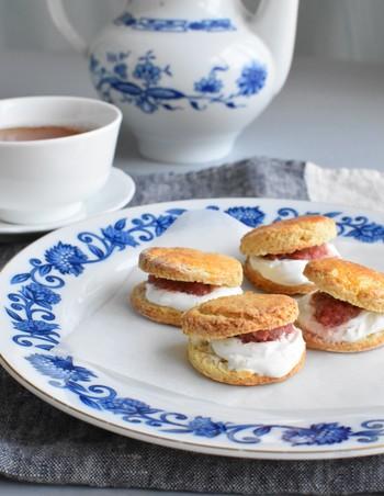 紅茶のお供にぴったりなスコーンのレシピ。スコーン生地におからやラカントという甘味料を使っています。また、間に挟んでいるのはヨーグルトとイチゴジャム。見た目もかわいくておすすめです。