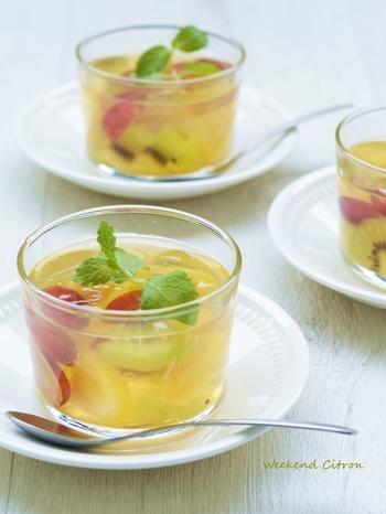 和菓子の世界では、寒天の透明度を活かしたお菓子は「錦玉(きんぎょく)」と呼ばれます。こんな風にフルーツの色を生かしたレシピは、時に優雅に和菓子の名前で呼ぶのも素敵。こちらは、パイナップルやキウイ、ぶどうを入れたりんごジュースベースで爽やかな味わいです。