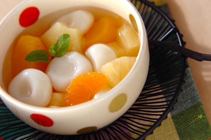 手軽にできておいしい「フルーツ白玉」は、白玉粉とフルーツ缶詰を常備しておけばいつでも作れます。暑さで食欲がわかない時にもつるんと食べられ、果物の酸味であるクエン酸が疲労回復を助けてくれます。