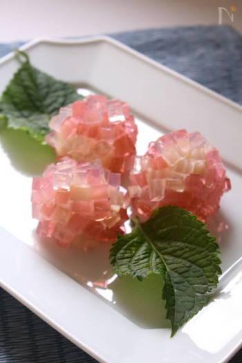 梅雨の時期を代表する花と言えば、紫陽花。白あんを芯にして寒天の色味を生かした錦玉は、初夏の和菓子の定番です。市販の白あんを使えばおうちでも手軽に作れます。