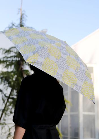 夏のお出かけに欠かせない日傘。mabuの晴雨兼用傘は、紫外線防止加工と防撥水加工がされています。紫外線遮蔽率は97%以上。日差しからお肌を守ってくれるのはもちろん、雨も防いでくれるので、天候が不安定な梅雨の時期も安心ですね◎