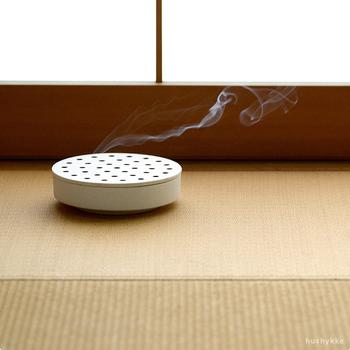 日本の夏を象徴する雑貨・蚊取り線香。セラミックデザイナー岡崎達也さんがデザインした蚊遣りは、今までにないスタイリッシュなデザイン。マットなホワイトは、オブジェのようで素敵です。