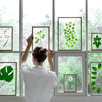 透明なアクリル板なので、後ろの風景も作品として楽しめるのも魅力。こんな風にグリーンを挟んで、窓に飾ると光も取り入れた美しいアートのよう。お部屋に爽やかな風を運んでくれそうですね。
