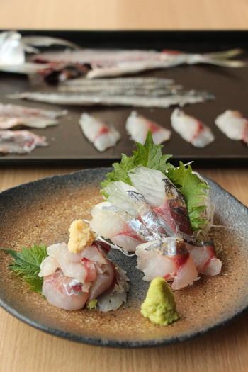 さばきやすいので、魚をおろしたことがないという方もぜひ下記のリンクを参考にしてアジの3枚おろしに挑戦してみましょう。レパートリーがぐっと広がって、色々な料理を楽しむことができるようになりますよ。