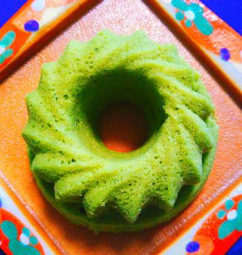 抹茶の緑があざやかな蒸しケーキ。レンジで作れるので小腹が減った時にもさっと用意できる手軽さが嬉しいですね。もっちりとした食感は満足感も得られます。ココアやきな粉などでアレンジしても、おいしくいただけそうです。