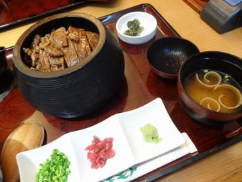 こちらは、「松阪牛 牛まぶし御膳」。うなぎのひつまぶしのように、一膳目はそのままで、二膳目は薬味をのせ、三膳目はだし汁をかけていただきましょう。それぞれの贅沢な風味を味わえますよ。