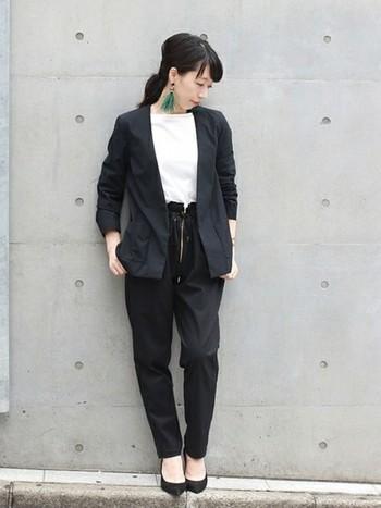 お仕事の場面でジャケットを着なければならない方の参考になりそうな、こちらのコーディネート。黒のジャケットも、ノーカラーのものを選べば首元がすっきりして、夏でも爽やかな印象に。黒のセットアップのインナーに白のトップスを合わせると、顔まわりのトーンアップにもなっていますね♪