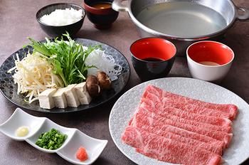 上質なお肉料理のコースもあるので、会食にもおすすめ。事前に予約しておくとスムーズです。こちらのしゃぶしゃぶコースは、前菜とサラダ、牛肉のしゃぶしゃぶとごはんやお味噌汁などがセット。とろけるようなお肉の旨みを堪能できます。