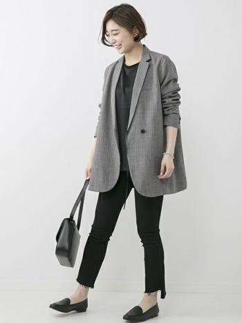 ゆったりとしたリラックス感のあるシルエットのジャケットを、袖をまくってさらりと羽織ったコーディネートです。細やかなチェック柄がおしゃれさをプラスし、オンオフどちらででも着まわしがききそうですね。全体のトーンを統一しているのも素敵!