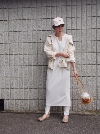 ベージュ〜白のワントーンコーデは、明るくやわらかな雰囲気で夏にもぴったり!白のデニムジャケットを合わせたコーディネートです。デニムジャケットも、白いものを取り入れると印象がガラリと変わりますね。ワントーンのレイヤードが参考になる、おしゃれなコーディネートです。